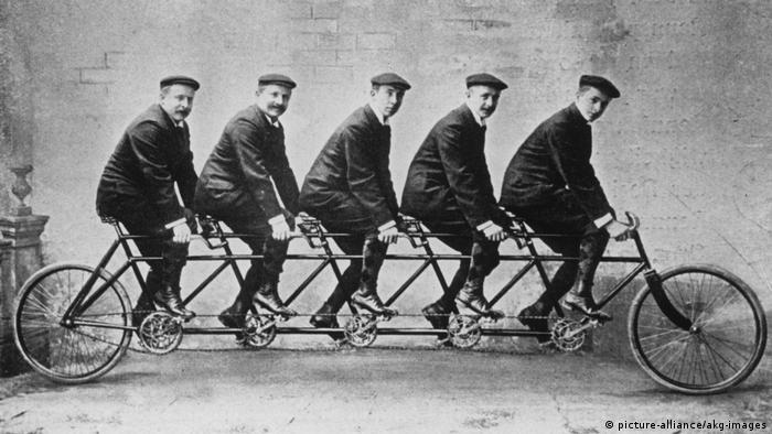 На велосипеде - пять сыновей основателя концерна Opel Адама Опеля.