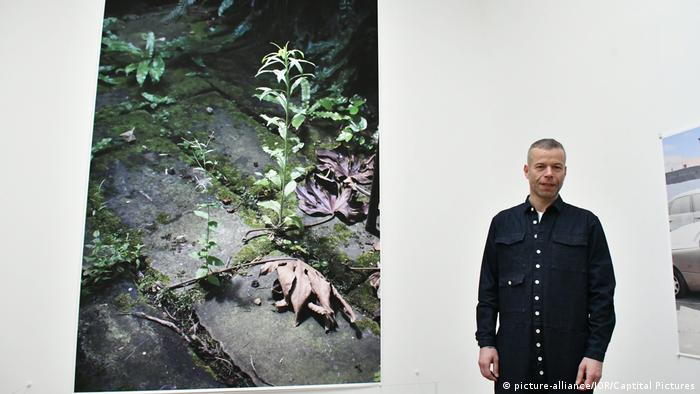 Wolfgang Tillmans with his work at Tate Modern (picture-alliance/JOR/Captital Pictures)