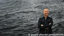 Wolfgang Tillmans with one of his works at the Tate Modern in London. (picture-alliance/Captital Pictures)