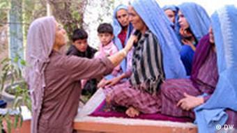 Eine afghanische Ärztin hilft und untersucht Frauen (Foto: DW)