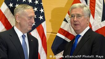 Belgien NATO US Sicherheit Jim Mattis und Michael Fallon (picture alliance/AP Photo/V. Mayo)