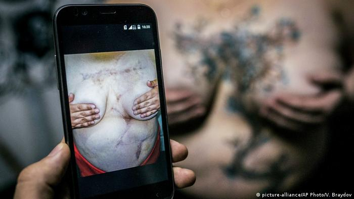 Russland Tattoo Artist Yevgeniya Zakhar in Moskau (picture-alliance/AP Photo/V. Braydov)