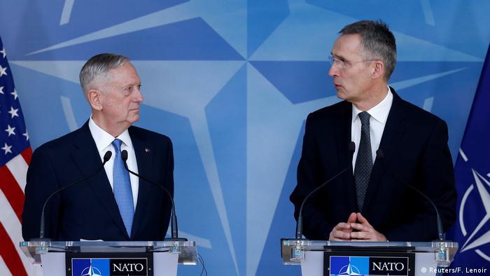 Belgien Mattis mit Stoltenberg beim NATO Verteidigungsminister-Treffen in Brüssel (Reuters/F. Lenoir)