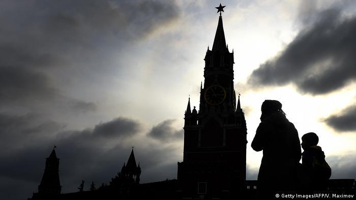 Женщина с ребенком на фоне Кремля