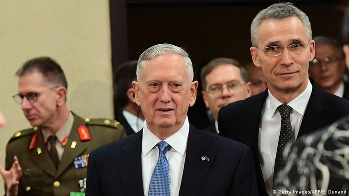 Belgien US Außenminister James Mattis und NATO-Generalsekretär Jens Stoltenberg auf NATO Treffen in Brüssel (Getty Images/AFP/E. Dunand)