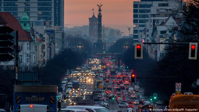 Traffic jam in Berlin (photo: picture alliance/dpa/M. Kappeler)
