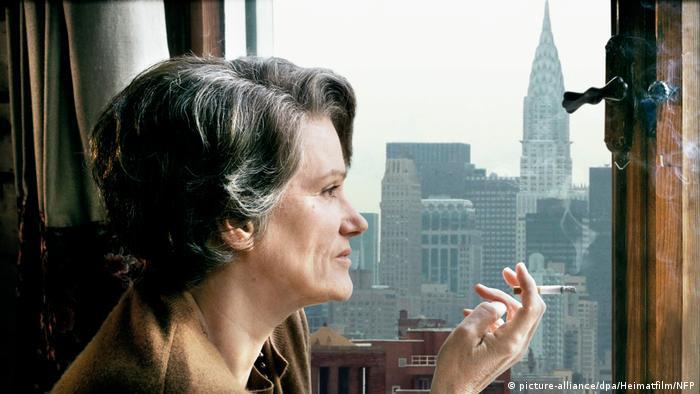 Szene aus Margarethe von Trottas Film Hannah Arendt mit Barbara Sukowa als Arendt (picture-alliance/dpa/Heimatfilm/NFP)