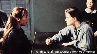 Two women at a table speaking angrily (c)picture-alliance/United Archives/Impress