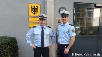 Ο εκπρόσωπος της Διεύθυνσης Ομοσπονδιακής Αστυνομίας στο αεροδρόμιο της Φραγκφούρτης Μίχαελ Μόζερ μαζί με το νέο πρόσωπο της υπηρεσίας, τον Χαρίλαο Κυριακίδη