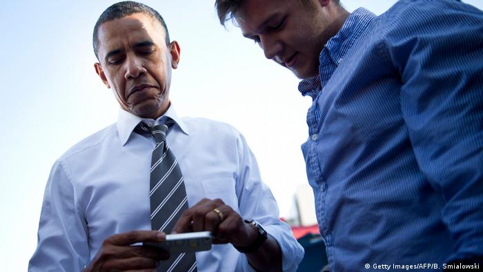 Barack Obama mit Smartphone (Getty Images/AFP/B. Smialowski)