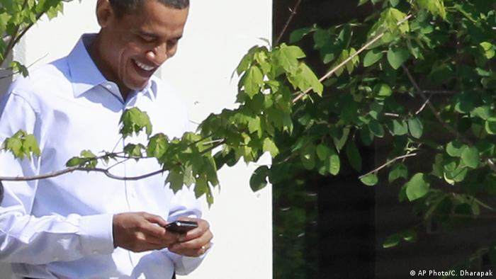Barack Obama mit Smartphone (AP Photo/C. Dharapak)