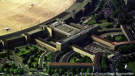 Το εντυπωσιακό κτήριο του πρώην αεροδρομίου Τέμπελχοφ στο δυτικό Βερολίνο είναι ένας από τους δημοφιλέστερους τόπους γυρισμάτων. Το 2013 γυρίστηκε εδώ τμήμα της ταινίας επιστημονικής φαντασίας «Αγώνες πείνας» (The hunger games) που διαδραματίζεται στην ανύπαρκτη χώρα Πάνεμ.