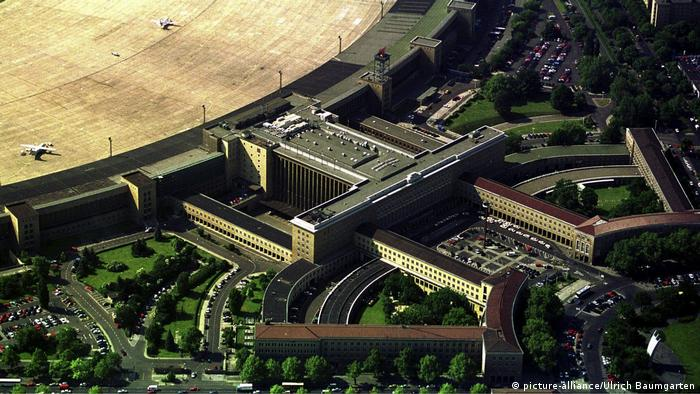 Berlin's Tempelhof airport in 1997 (picture-alliance/Ulrich Baumgarten)