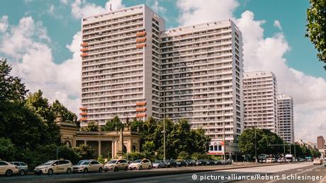 Η αρχιτεκτονική της οδού Λειψίας στο ανατολικό Βερολίνο θυμίζει αστικά κέντρα στην πρώην Σοβιετική Ένωση. Ο δρόμος τεσσάρων λωρίδων μπροστά από τα ψυχρά κτήρια θα μπορούσε να βρίσκεται κάλλιστα στη Μόσχα.