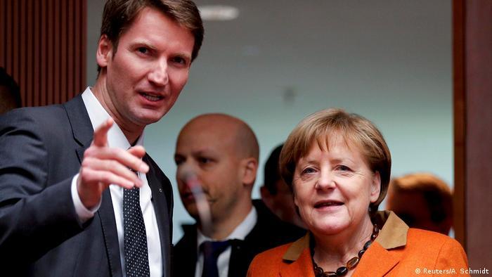 Patrick Sensburg speaking to Angela Merkel in 2017 (Reuters/A. Schmidt)