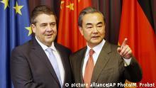 El ministro de Exteriores alemán, Sigmar Gabriel, con su homólogo chino Wang Yi