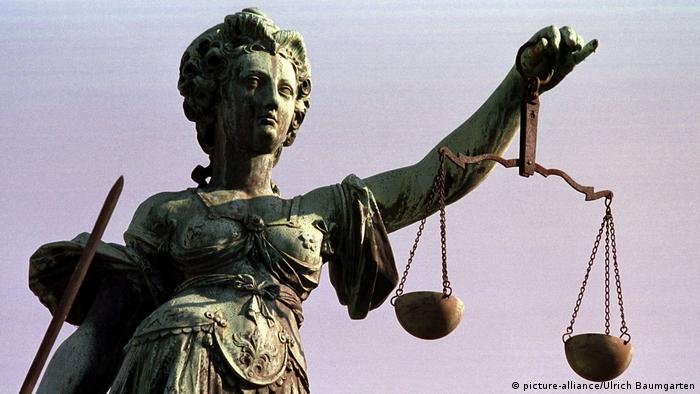 Justitia mit Pendelwaage (picture-alliance/Ulrich Baumgarten)