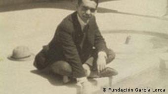 Federico García Lorca, im Patio de los Arrayanes der La Alhambra. Granada , 1927