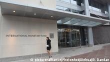 +++Nur im Rahmen der Berichterstattung zu verwenden!+++ (151130) -- WASHINGTON D.C., Nov. 30, 2015 () -- Photo taken on Nov. 30, 2015 shows a woman walking past the headquarters of the International Monetary Fund (IMF) in Washington D.C., the United States. The International Monetary Fund (IMF) announced on Monday that Chinese currency renminbi (RMB) is eligible for joining the Special Drawing Rights (SDR) basket as an international reserve currency. (Xinhua/Bao Dandan) |