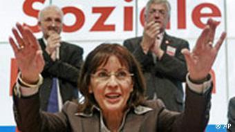 Andrea Ypsilanti wird in Fulda beim Sonderparteitag der hessischen SPD nach ihrer Rede gefeiert
