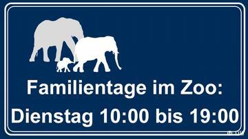 A sign saying: Familientage im Zoo, Dienstags 10 bis 19 Uhr