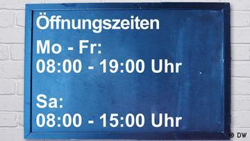 An opening times sign. Montags bis Freitags 8 bis 19 Uhr und Samstags 8 bis 15 Uhr geöffnet.