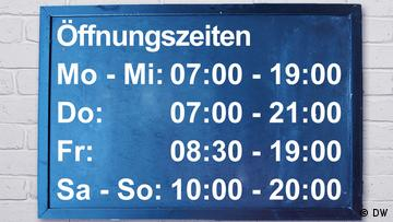 An opening times sign. Montags bis Mittwochs 7 bis 19 Uhr. Donnerstags 7 bis 21 Uhr. Freitags 8:30 bis 19 Uhr. Samstag und Sonntag 10 bis 20 Uhr geöffnet.