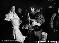 Mulheres e crianças portando velas participaram da manifestação há 20 anos