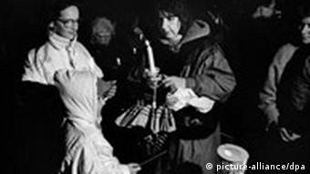 People hold candles at a Monday demonstration in Leipzig in 1989