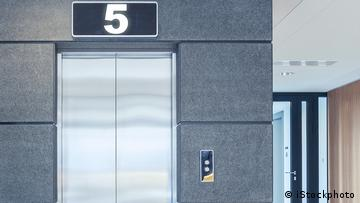 Elevator with the display '5'