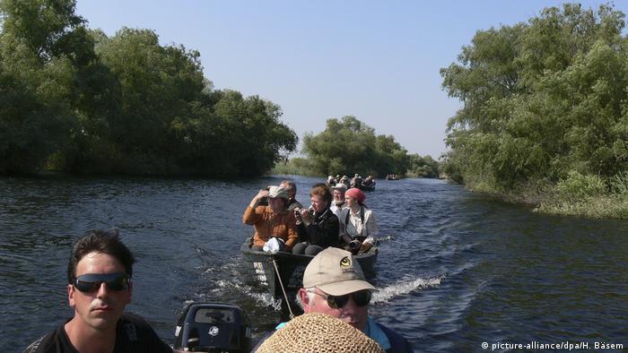 Pessoas passeiam de barco pelo Danúbio