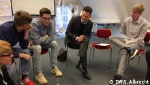 Tillmann Lahme y un grupo de estudiantes en la sala de conferencia del museo.