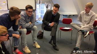 Kurator Tilmann Lahme zusammen mit Schülern