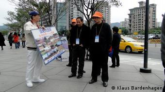 Chinesische Touristen und ein Falun-Gong-Anhänger in Taipeh (Foto: Klaus Bardenhagen)