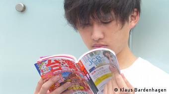 Ein junger Japaner liest in einem Taipeh-Reiseführer (Foto: Klaus Bardenhagen)