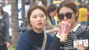 Zwei junge südkoreanische Touristinnen mit Handy und Bubble Tea in Taipeh (Foto: Klaus Bardenhagen)