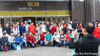 Vietnamesische Touristengruppe vor dem Wolkenkratzer Taipei 101 (Foto: Klaus Bardenhagen)