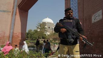 Pakistan verstärkte Sicherheitsmaßnahmen nach dem Anschlag in Sehwan