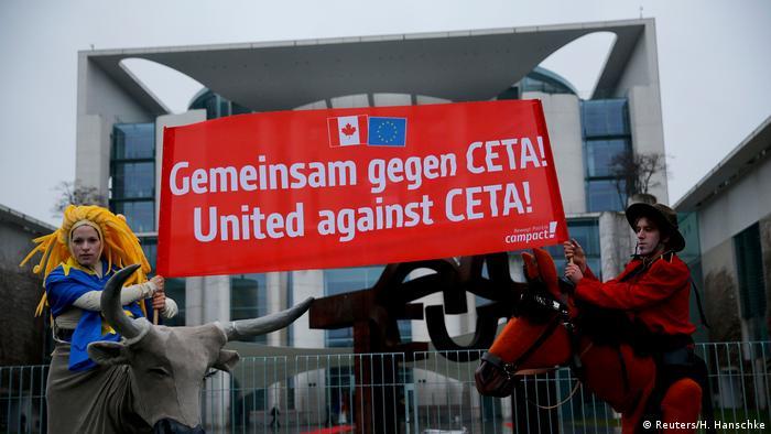Protesta contra el acuerdo comercial CETA frente a la Cancillería alemana.