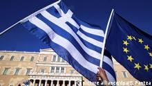 ARCHIV- Demonstranten halten eine EU- und eine griechische Fahne vor dem Parlament in Athen, Griechenland, am 22.06.2015. (Zu dpa Es wird wieder einmal eng im Griechenland-Poker) Foto: Simela Pantzartzi/ANA-MPA/dpa +++(c) dpa - Bildfunk+++ |