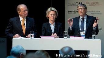 Ο Μπιλ Γκέιτς στην Διάσκεψη για την Ασφάλεια του Μονάχου με τη γερμανίδα υπ. Άμυνας φον ντερ Λάιεν και τον επικεφαλής της Διάσκεψης Β. Ίσινγκερ