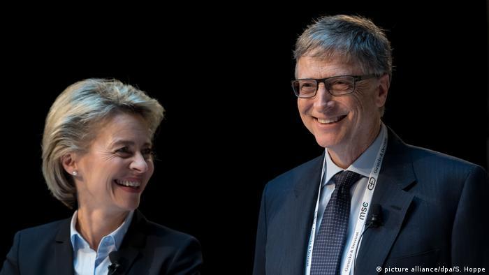 Білл Гейтс (праворуч) під час Мюнхенської конференції з безпеки у 2017 році, коли він попереджав про небезпеку пандемій