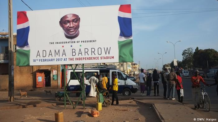 The Gambia and a photo of Adama Barrow (DW/V. Haiges)