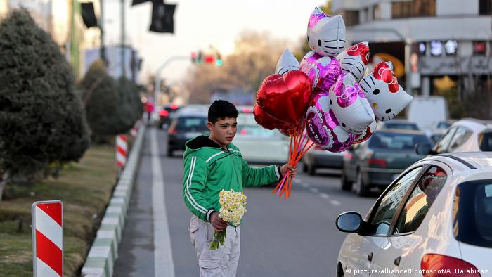 Iran Valentinstag (picture-alliance/Photoshot/A. Halabisaz)