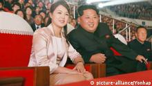19.10.2015 N. Korea marks anniv. of ruling party's foundation North Korean leader Kim Jong-un (R) and his wife Ri Sol-ju view a joint performance given by the State Merited Chorus and the Moranbong Band, a popular all-female music band, to mark the 70th anniversary of the founding of the ruling Workers' Party of Korea, in this photo released by the North's state-run Rodong Sinmun newspaper on Oct. 19, 2015. (Yonhap)/2015-10-19 15:11:36/ <Copyright _Ï 1980-2015 YONHAPNEWS AGENCY. All rights reserved.> | Keine Weitergabe an Wiederverkäufer.