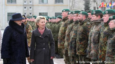 Lithuanian President Dalia Grybauskaite and German Defense Minister Ursula von der Leyen visit troops in Lithuania (Getty Images/AFP/P. Malukas)