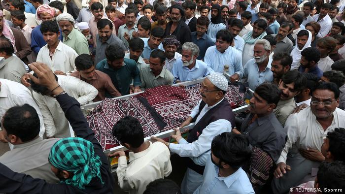 Pakistan Mehr als hundert Extremisten nach Anschlag auf Sufi-Schrein in Pakistan getötet