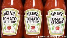 ARCHIV- Heinz Ketchup in einem Laden in London, Großbritannien, aufgenommen am 25.03.2015. (Zu dpa Kraft Heinz an Unilever interessiert) Foto: Andy Rain/EPA/dpa +++(c) dpa - Bildfunk+++ |
