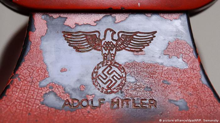 Detail photo of the Nazi emblem (picture-alliance/dpa/AP/P. Semansky)