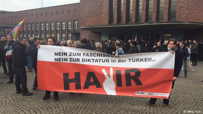 Deutschland Türkei Oberhausen Auftritt Ministerpräsident Binali Yildirim | Protest (DW/G. Acer)